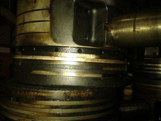 Fastbrända och trasiga ringar på kolvarna