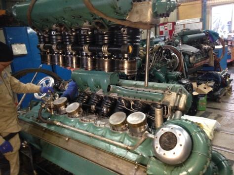 Cylinderraden hänger i travfesten redo att sänkas på plats