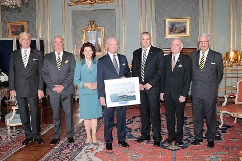 Kung Carl Gustaf och Drottning Silvia, flankerade av besättningens representanter