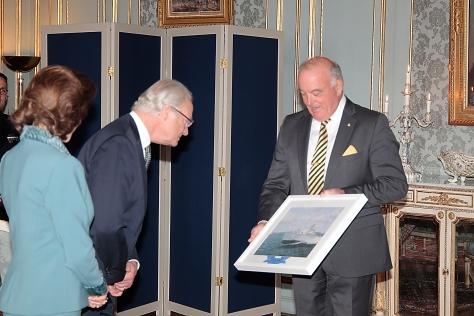 Kungen firades med en tavla av T46, här överräckt av Jan Lindgren