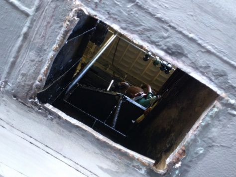 Hål direkt in i maskinrummets köl