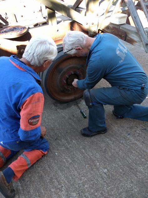 En hel del arbete för att få loss strv-hjulen