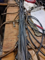Tändbryggan börjar fyllas med ledningar